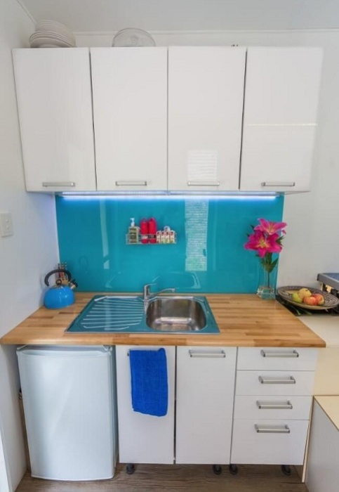 В доме-контейнере площадью всего 10 кв. метров нашлось место для функциональной кухни.
