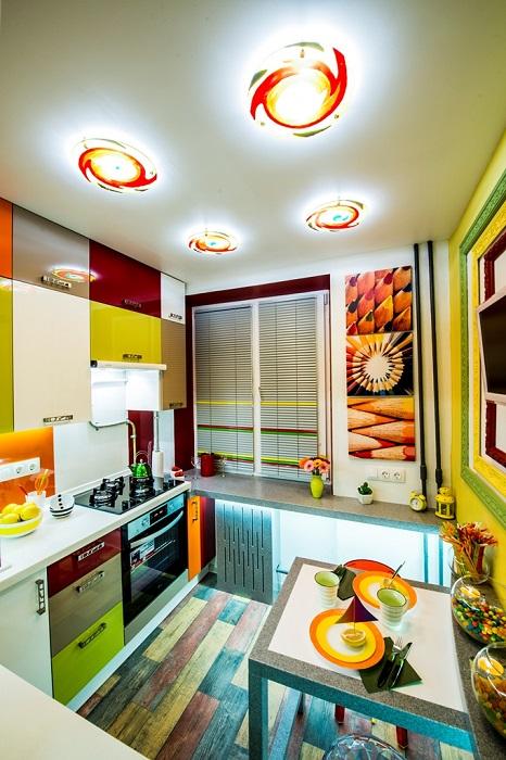 Много ярких цветов в интерьере кухни.