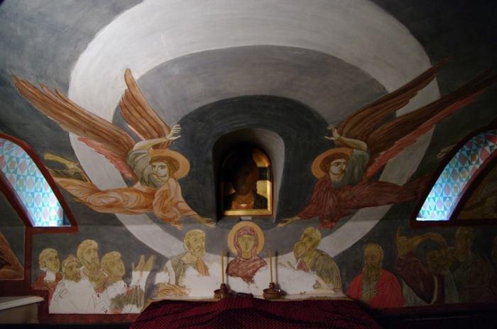 Церковь обустроена в подвальном помещении.