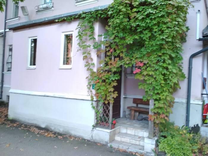 В двухэтажном доме есть выставлена на продажу квартира с церковью.