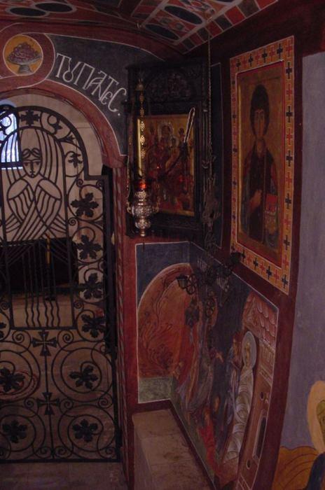 Домовая церковь, расписанная фресками в византийском стиле.