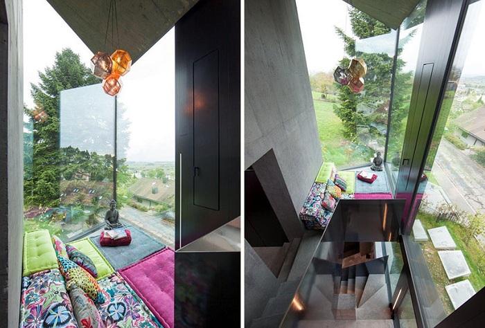 Витражные окна обеспечивают доступ естественного света в помещения.