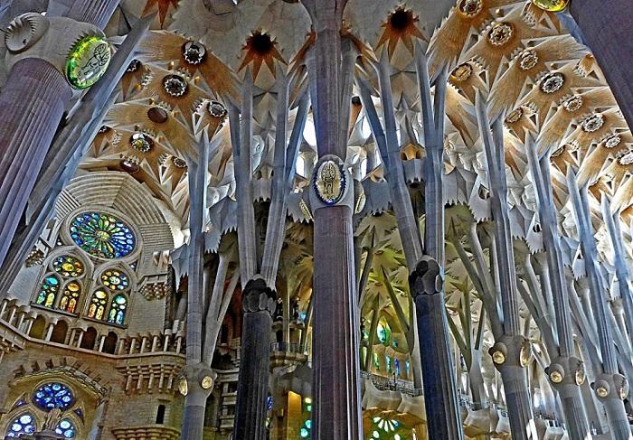 Саграда Фамилия. Вид внутри. | Фото: goexcursion.net.