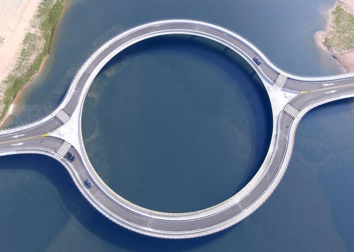 Круглый мост, спроектированный архитектором Rafael Vignoli.