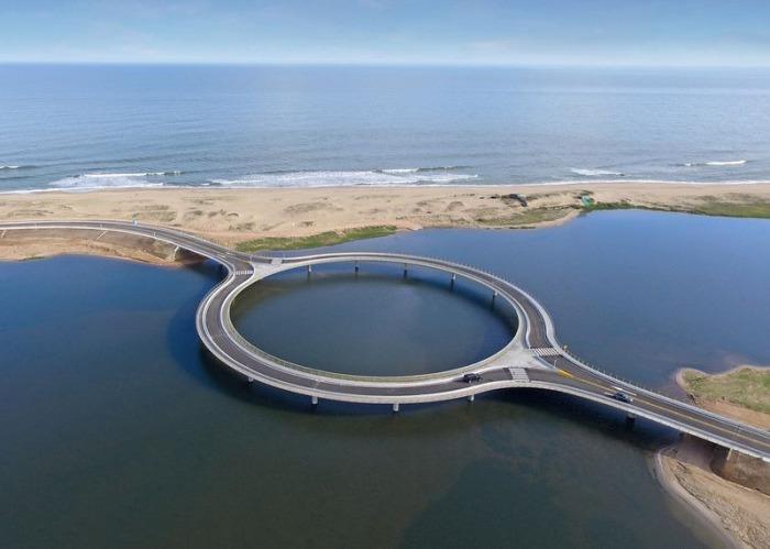 Laguna Garzon Bridge - круглый мост в Уругвае.