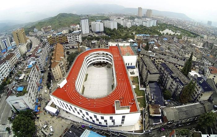 Начальная школа с беговой дорожкой на крыше.