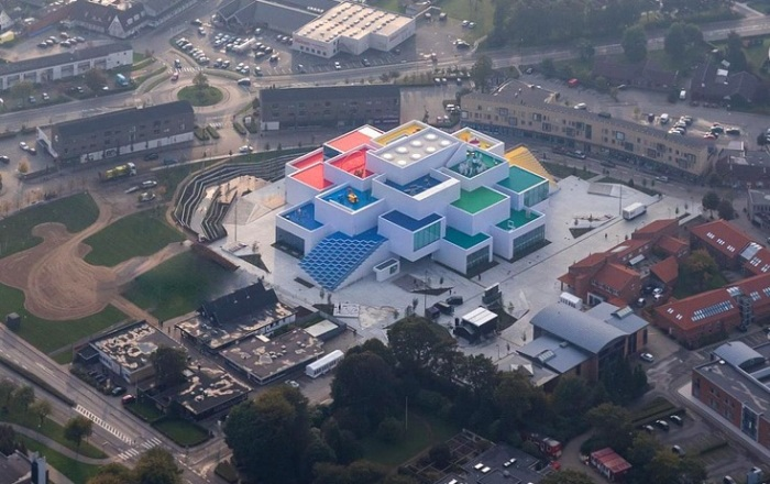 С высоты птичьего полета LEGO House выглядит как гигантский конструктор.