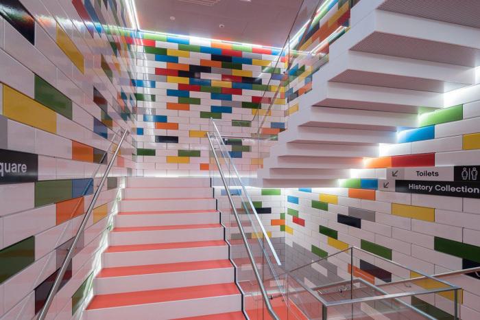 Лестничные площадки, оформленные в стиле Лего.