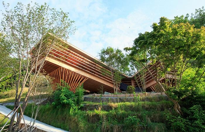 «House in Itsuura» - деревянный дом на опорах.