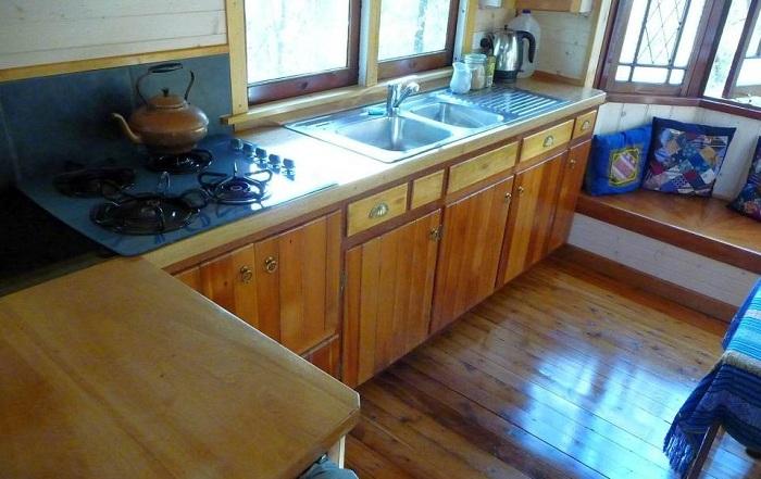 Кухонные шкафчики, сделанные из старой мебели.