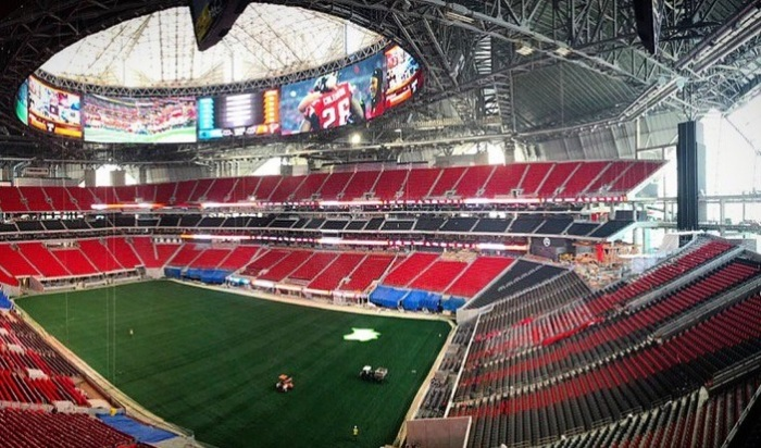 Mercedes-Benz Stadium - стадион, вмещающий 83 000 болельщиков.