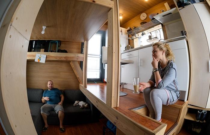 Маленький дом, в котором живет семья из трех человек.