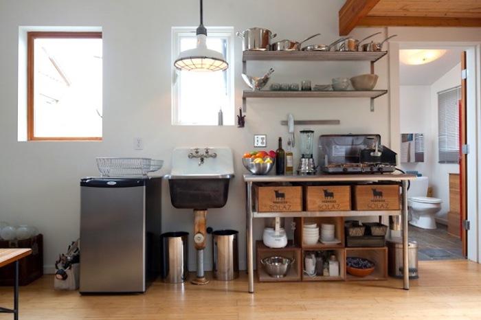 Мини-кухня в домике, переделанном из гаража.