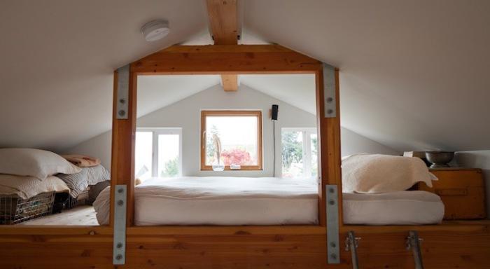 Второй ярус позволил оборудовать спальное место для хозяйки.