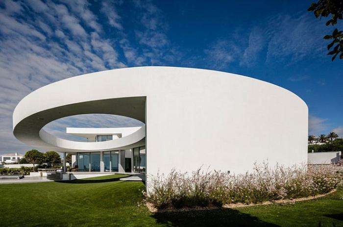 Casa Eliptica - белоснежный особняк в Португалии на берегу Атлантического океана.