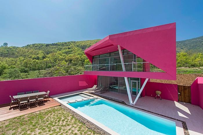 Miryang pool villa - вилла в розовом цвете.