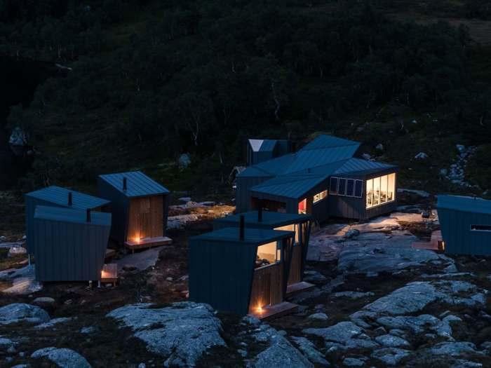 Кабинки для ночевки на горной тропе в Норвегии.