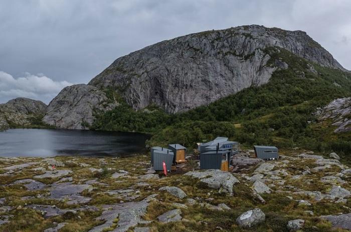 Домики для ночевки на берегу озера Soddatorn.