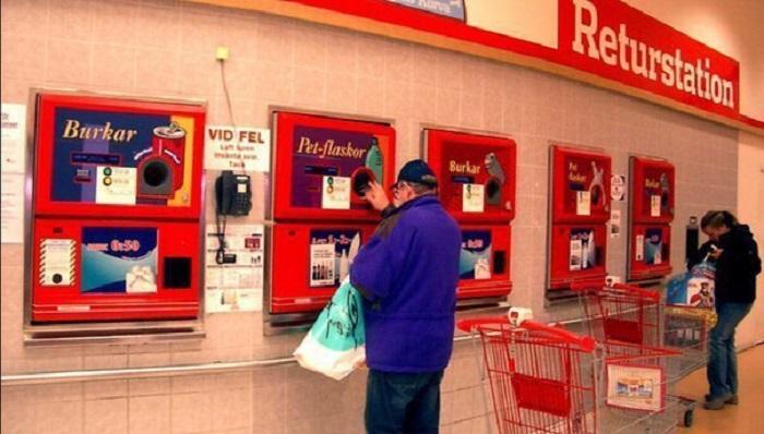 Автоматы для приема пластиковых и жестяных бутылок.