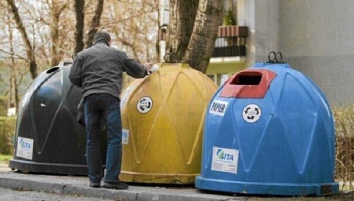 Контейнеры для различного мусора.