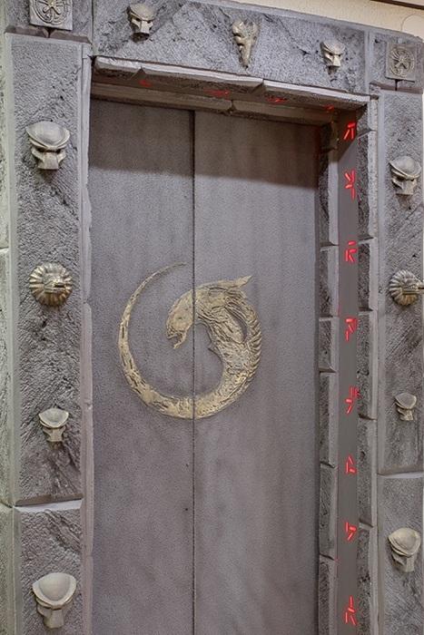 Дверь, стилизованная под инопланетный проход.
