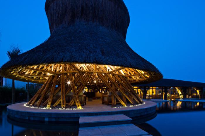 Рестораны из бамбука на спа-курорте Retreat Naman.
