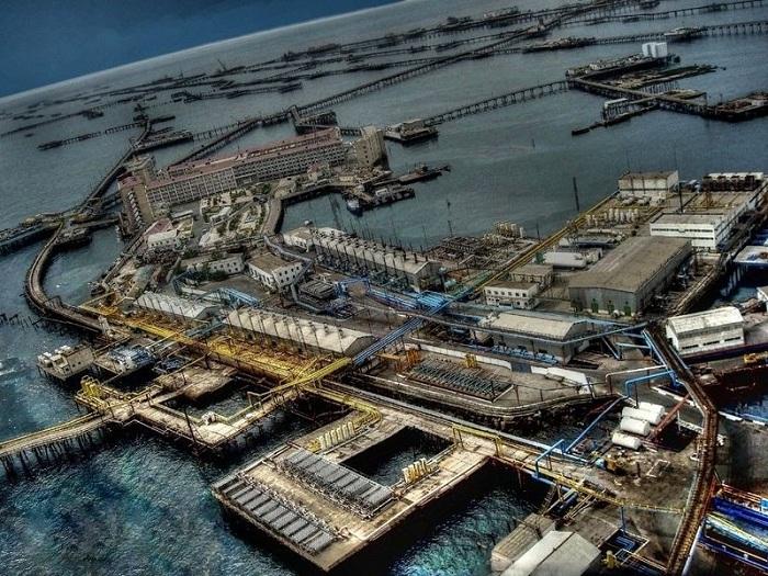 Нефтяные камни - город в Каспийском море.