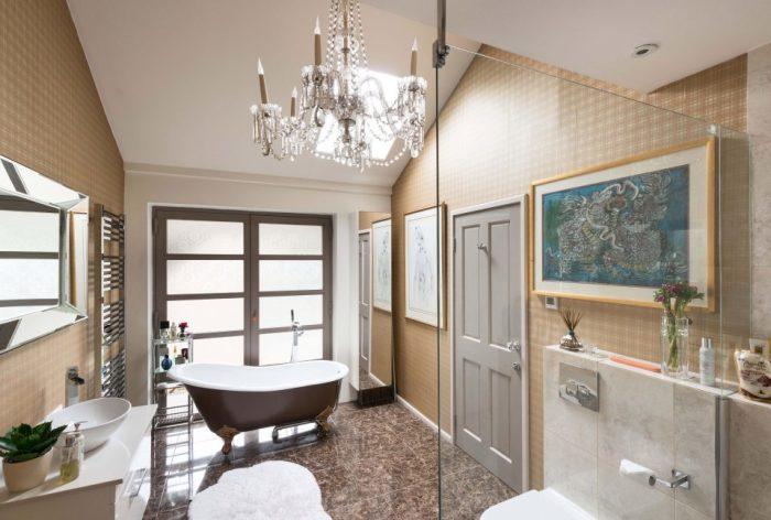 Одна из шести ванных комнат.