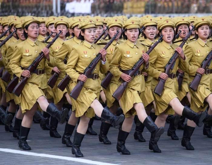 Женщины-военнослужащие на параде в Пхеньяне. | Фото: nbcnews.com.