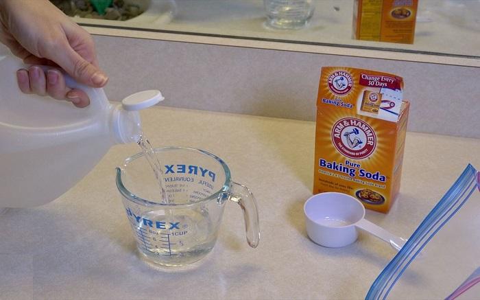 Пищевая сода и уксус помогут очистить головку душа от известкового налета.