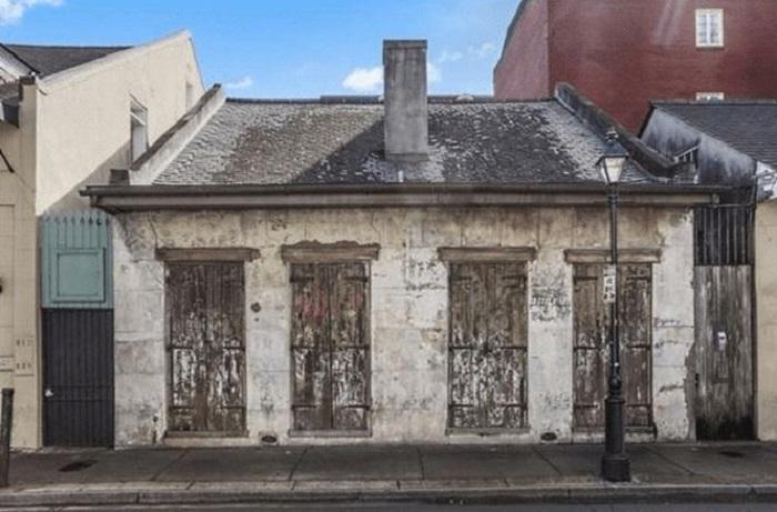 Невзрачный дом в старом квартале Нового Орлеана.