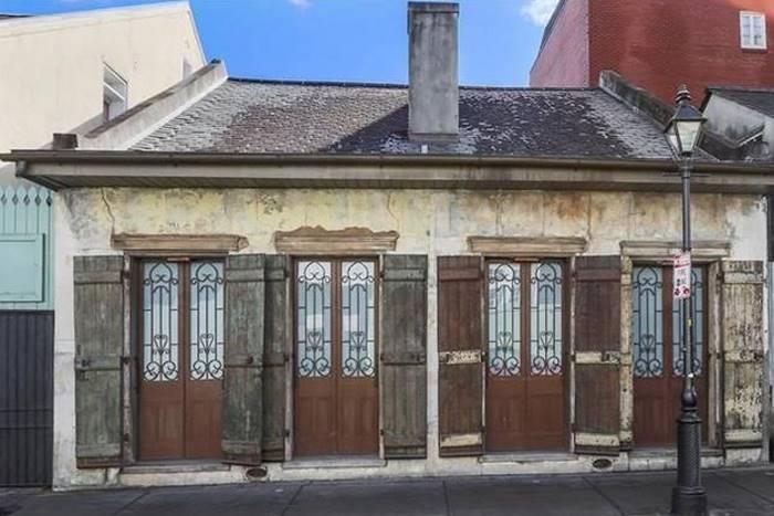 За старыми деревянными ставнями скрываются изящные кованые решетки.