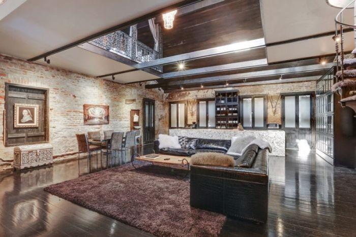 На первом этаже находится гостиная, столовая, кухня и санузел.