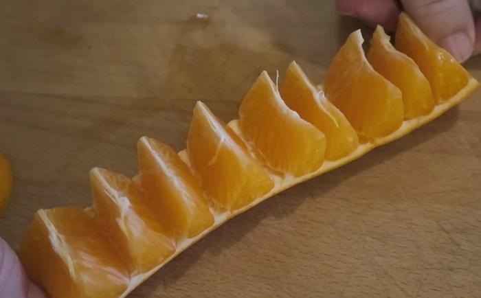 Как почистить апельсин 10 секунд, не запачкав руки.