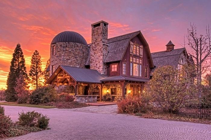 The Barn - огромный особняк в деревенском стиле.