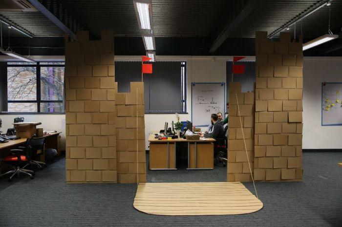 Работники «построили» в офисе картонный замок.