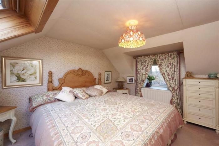 Спальня с кроватью королевского размера.