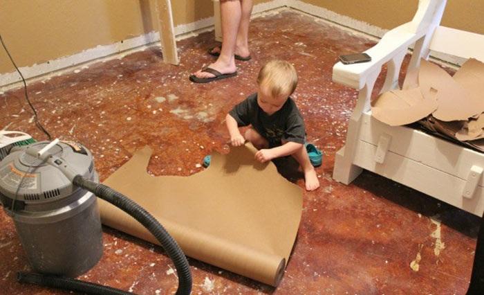 Рвать бумагу на клочки умеют даже малыши.