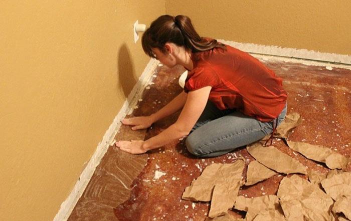 Чтоб сэкономить на ремонте, эта женщина обновила пол за счет обычной бумаги.