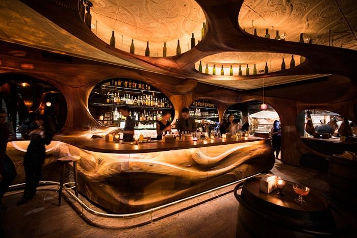 Бар Raval с деревянным дизайном.