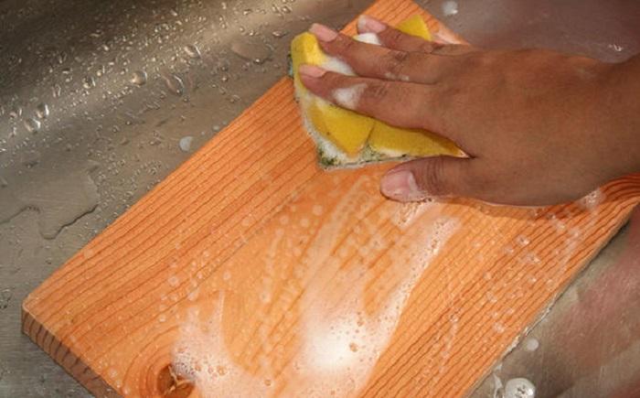Остатки пищи могут остаться на вашей доске, чтобы избавиться от них вам потребуется: протереть перекисью, сполоснуть водой и просушить доску.