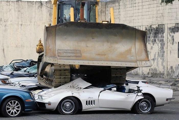 20 люксовых автомобилей были раздавлены бульдозерами, превратившись в груду металлолома: кто и зачем так сделал.