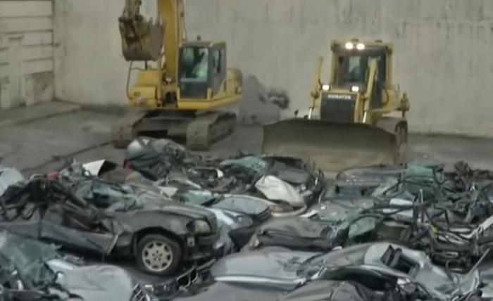 Автомобили раздавили бульдозеры.