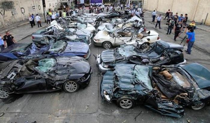 Автомобили раздавили бульдозеры