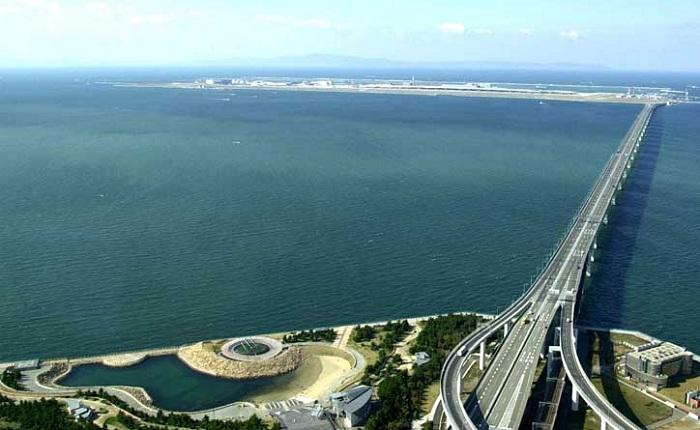 Двухуровневый мост соединяет аэропорт с материком.