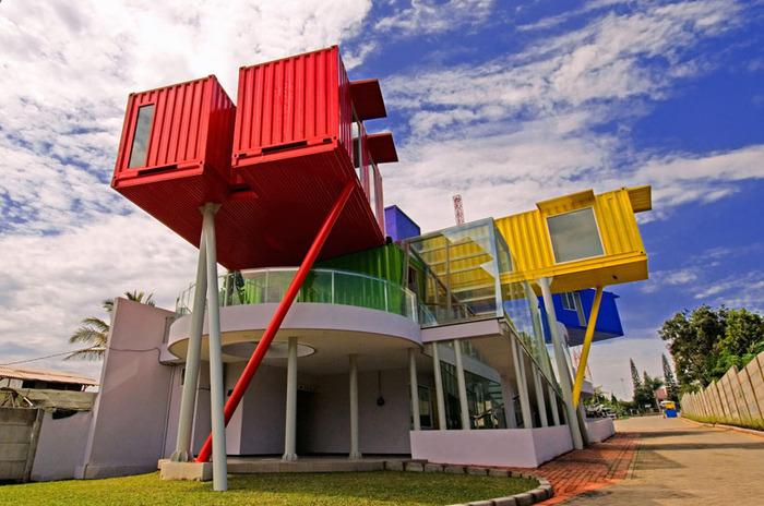 Colorful Library - разноцветная библиотека из контейнеров.