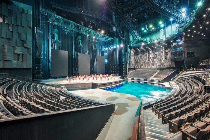 Зрительный зал со сценой-бассейном.