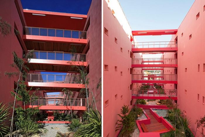 Многоквартирный дом с общими балконами.