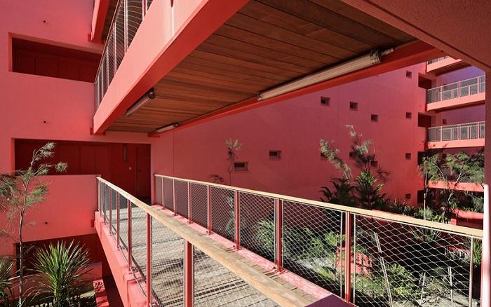 Балконы объединяют квартиры жильцов.