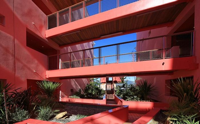 «Redline» - многоквартирный дом, окрашенный в ярко-розовый цвет.